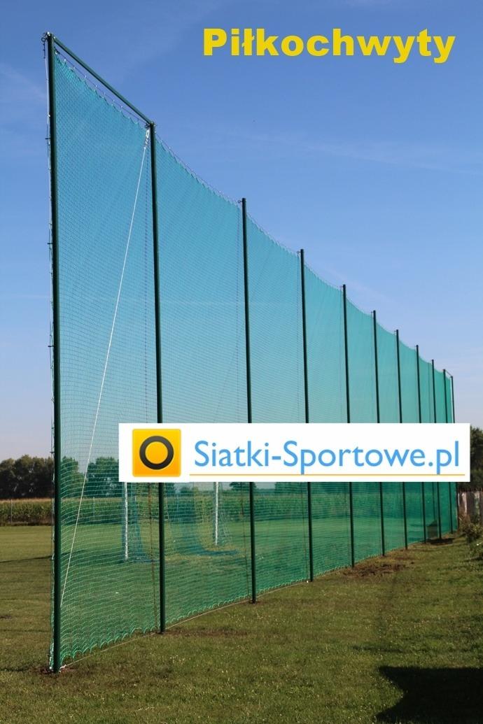 Piłkochwyty z siatkami montowane na boisku do gry w piłką nożną